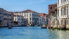 Ενετικά σπίτια που χωρίζονται από ένα κανάλι, Βενετία Στοκ Φωτογραφία