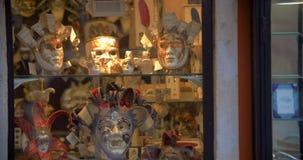 Ενετικές μάσκες στο επίδειξη-παράθυρο γυαλιού απόθεμα βίντεο