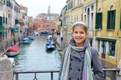 Ενετική άποψη και κορίτσι Στοκ εικόνα με δικαίωμα ελεύθερης χρήσης