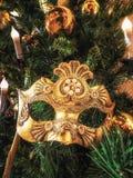 Ενετική μάσκα καρναβαλιού στο χριστουγεννιάτικο δέντρο Χριστούγεννα και νέο υπόβαθρο έτους ` s Χριστουγεννιάτικο δέντρο, σφαίρα,  Στοκ φωτογραφία με δικαίωμα ελεύθερης χρήσης