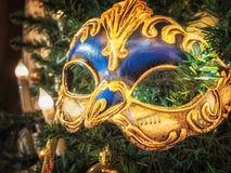Ενετική μάσκα καρναβαλιού στο χριστουγεννιάτικο δέντρο Χριστούγεννα και νέο υπόβαθρο έτους ` s Χριστουγεννιάτικο δέντρο, σφαίρα,  Στοκ Εικόνα