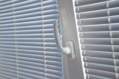 Ενετικοί τυφλοί στο παράθυρο Στοκ εικόνες με δικαίωμα ελεύθερης χρήσης