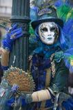 Ενετικός αριθμός καρναβαλιού σε ένα ζωηρόχρωμες κοστούμι και μια μάσκα Βενετία Ιταλία στοκ φωτογραφία με δικαίωμα ελεύθερης χρήσης