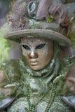 Ενετικός χαρακτήρας καρναβαλιού σε ένα ζωηρόχρωμες πράσινες και χρυσές κοστούμι και μια μάσκα Βενετία καρναβαλιού στοκ φωτογραφία με δικαίωμα ελεύθερης χρήσης