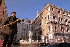 Ενετικός gondolier στη γόνδολά του στο μεγάλο κανάλι, Βενετία, αυτό Στοκ Εικόνες