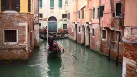 Ενετικό κανάλι με τα αρχαίες σπίτια και τις βάρκες απόθεμα βίντεο