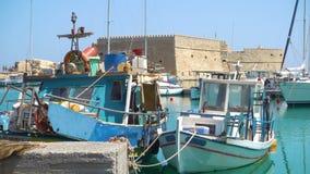 Ενετικό οχυρό σε Ηράκλειο και τα αλιευτικά σκάφη φιλμ μικρού μήκους