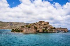 Ενετικό τοπίο αποικιών λεπρών φρουρίων Spinalonga από το plaka Στοκ Φωτογραφία
