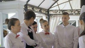 Ενημέρωση στο εστιατόριο Αλληλεπίδραση στον επικεφαλής διευθυντή στην εμπορική κουζίνα απόθεμα βίντεο