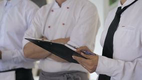 Ενημέρωση στο εστιατόριο Αλληλεπίδραση στον επικεφαλής διευθυντή στην εμπορική κουζίνα φιλμ μικρού μήκους