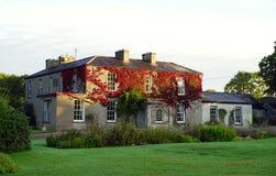 Ενημερωμένο ιρλανδικό σπίτι φέουδων με το φυσικό χρώμα πτώσης στοκ εικόνες με δικαίωμα ελεύθερης χρήσης