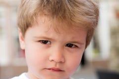 Ενημερώστε το ύφος σας Λίγο παιδί με το μοντέρνο κούρεμα Λίγο παιδί με το σύντομο κούρεμα Μικρό αγόρι με τα ξανθά μαλλιά στοκ φωτογραφία με δικαίωμα ελεύθερης χρήσης