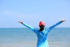 ενθαρρυντικές ανοικτές αγκάλες γυναικών στοκ φωτογραφία με δικαίωμα ελεύθερης χρήσης