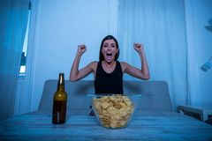 Ενθαρρυντική γυναίκα που προσέχει τη TV Στοκ Φωτογραφίες