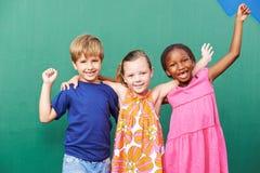 Ενθαρρυντική ομάδα παιδιών Στοκ Εικόνες