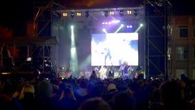 ενθαρρυντική σκηνή βράχου πλήθους συναυλίας κίνηση αργή ελεύθερη απεικόνιση δικαιώματος