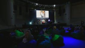 Ενθαρρυντικοί μουσικοί ακροατηρίων στο φεστιβάλ μουσικής φιλμ μικρού μήκους