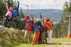 Ευτυχείς οδοιπόροι που φθάνουν στην κορυφή βουνών στόχου τους Στοκ φωτογραφία με δικαίωμα ελεύθερης χρήσης