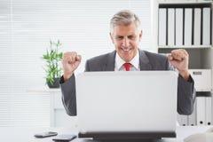 Ενθαρρυντικός επιχειρηματίας στο γραφείο του Στοκ εικόνα με δικαίωμα ελεύθερης χρήσης