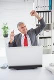 Ενθαρρυντικός επιχειρηματίας στο γραφείο του Στοκ Εικόνες