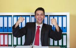 Ενθαρρυντικός νέος επιχειρηματίας στο γραφείο Στοκ Εικόνες