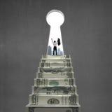Ενθαρρυντικός πάνω από τα σκαλοπάτια χρημάτων με τη βασική τρύπα Στοκ Εικόνα