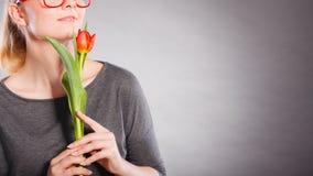 Ενθαρρυντικό λουλούδι γυναικείας εκμετάλλευσης στοκ φωτογραφίες με δικαίωμα ελεύθερης χρήσης