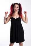 Ενθαρρυντικό πανκ κορίτσι στο μαύρο φόρεμα Στοκ Φωτογραφίες