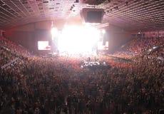 Ενθαρρυντικό πλήθος σε μια αίθουσα συναυλιών στοκ φωτογραφίες με δικαίωμα ελεύθερης χρήσης