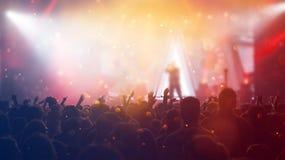 Ενθαρρυντικό πλήθος σε μια συναυλία Στοκ Εικόνες