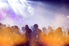 Ενθαρρυντικό πλήθος σε μια συναυλία Στοκ εικόνα με δικαίωμα ελεύθερης χρήσης