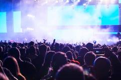 Ενθαρρυντικό πλήθος σε μια συναυλία Στοκ φωτογραφία με δικαίωμα ελεύθερης χρήσης