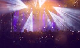 Ενθαρρυντικό πλήθος σε μια συναυλία Στοκ Φωτογραφίες