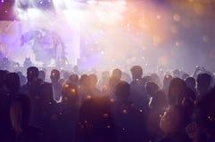 Ενθαρρυντικό πλήθος σε μια συναυλία Στοκ φωτογραφίες με δικαίωμα ελεύθερης χρήσης
