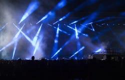 Ενθαρρυντικό πλήθος σε μια συναυλία Στοκ Εικόνα