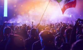 Ενθαρρυντικό πλήθος σε μια συναυλία Στοκ Φωτογραφία