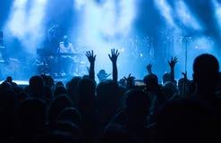 Ενθαρρυντικό πλήθος στην ηλεκτρονική συναυλία μουσικής στοκ εικόνα