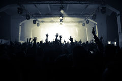 Ενθαρρυντικό πλήθος στη συναυλία βράχου στοκ φωτογραφίες