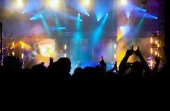 Ενθαρρυντικό πλήθος στη συναυλία Στοκ εικόνα με δικαίωμα ελεύθερης χρήσης