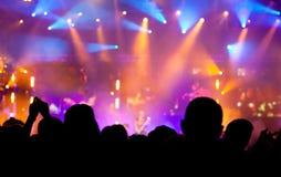 ενθαρρυντικό πλήθος συναυλίας Στοκ φωτογραφία με δικαίωμα ελεύθερης χρήσης