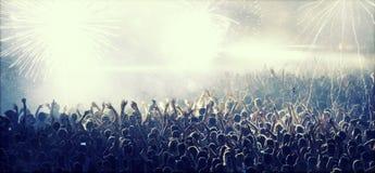ενθαρρυντικό πλήθος συναυλίας Στοκ εικόνα με δικαίωμα ελεύθερης χρήσης