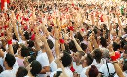 Ενθαρρυντικό πλήθος των ανθρώπων Στοκ Φωτογραφίες