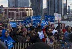 Ενθαρρυντικό πλήθος Sanders της Bernie στη συνάθροιση σε Greenpoint, Μπρούκλιν 4/8/16 στοκ εικόνα