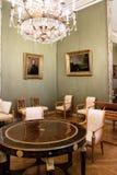 Ενθεμένος γύρω από τον πίνακα τυμπάνων με τις καρέκλες σαλονιών στοκ φωτογραφίες