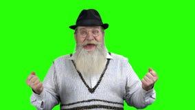 Ενθουσιασμένη ηλικιωμένη επιτυχία εορτασμού ατόμων απόθεμα βίντεο