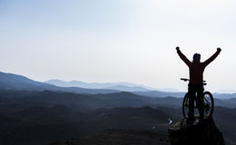 Ενθουσιασμός η επιτυχία του ποδηλάτου συνόδων κορυφής δύσκολου στοκ εικόνα