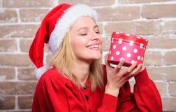 Ενθουσιασμός Παραμονής Χριστουγέννων Χριστούγεννα κιβωτίων αν&omic Συναισθηματικό συγκινημένο δώρο Χριστουγέννων λαβής προσώπου κ στοκ φωτογραφία