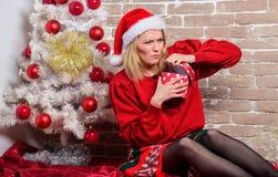 Ενθουσιασμός Παραμονής Χριστουγέννων Χριστούγεννα κιβωτίων αν&omic Συναισθηματικό συγκινημένο δώρο Χριστουγέννων λαβής προσώπου κ στοκ φωτογραφία με δικαίωμα ελεύθερης χρήσης