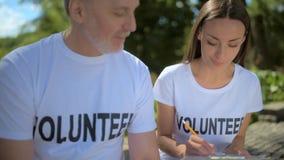 Ενθουσιώδεις εθελοντές που περιλαμβάνονται στη συζήτηση φιλμ μικρού μήκους