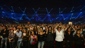 Ενθουσιώδες ανώτερο ακροατήριο, ανεμιστήρες συναυλίας μουσικής στοκ εικόνα